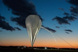 Stratosphärenballon beim Füllen der Hülle. (Bildquelle: RKW Group)