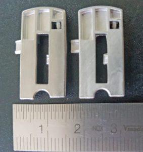 Vergleich von MIM-Bauteilen für einen Schieber: Links Grünling per Originalprozess erzeugt, rechts mithilfe von Injex-Werkzeugen hergestellt (Bildquelle: Parmaco)