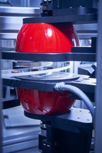 System mit Drehteller und Dombeleuchtung für Maß- und Oberflächenprüfungen von Massenteilen. (Bildquelle: Kistler)