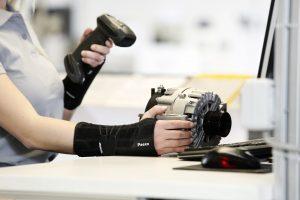 Paexo Wrist entlastet das Handgelenk beim Tragen und Heben von schweren Gegenständen. (Bildquelle: Ottobock)