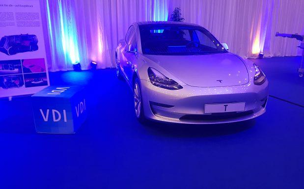 Ein Modell von Tesla in der PIAE Ausstellung: fast schon langweilig wirkte die Bedienkosole des modernen Fahrzeugs. (Bildquele: Dr. Etwina Gandert/Redaktion Plastverarbeiter)