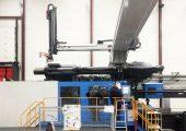 Der Roboter während Installationsarbeiten (Bildquelle: Wittmann Battenfeld)