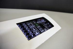 Für das Herstellen der 3D-Touchpanels für Waschmaschinen und Trockner werden 3D-Touchfolien hinterspritzt. (Bildquelle: Arburg)