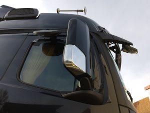 Spiegelanordnung auf der Beifahrerseite eines Actros – Rampenspiegel, Rückspiegel, Frontspiegel. (Bildquelle: Simone Fischer/Redaktion Plastverarbeiter)