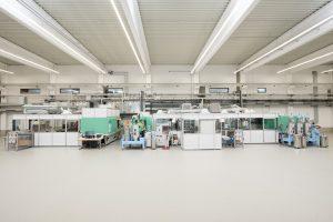 Die drei Turnkey-Anlagen für Touchpanels stehen in der neue, 2.000 m2 große Halle, die hinsichtlich Sauberkeit und Hygiene vor allem auf die Fertigung von Medizinerzeugnissen abgestimmt ist. (Bildquelle: Hoefer & Sohn)