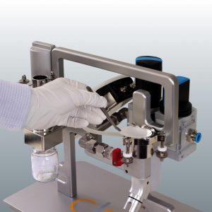 Entnahme des Partikelfilters nach der Saugextraktion mit Filtermembranen. (Bildquelle: Clean Controlling)