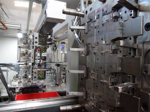Blick in das Werkzeug zum Herstellen des Heißfilm-Luftmassenmessers mit acht Kavitäten. (Bildquelle: Simone Fischer/Redaktion Plastverarbeiter)