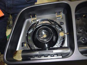 Zahlreiche Funktionselemente sind in das Spritzgießteil integriert, um die Montage von Kleinteilen einzusparen. (Bildquelle: Simone Fischer/Redaktion Plastverarbeiter)