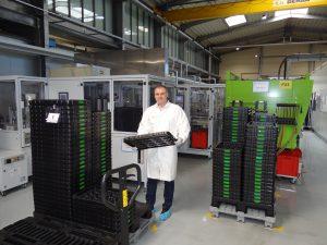 Niko Petker leitet das Projektmanagement und ist zufrieden mit der produzierten Qualität der Wegsensoren. (Bildquelle: Simone Fischer/Redaktion Plastverarbeiter)