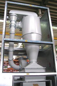 Vor dem Trichter der Roto-Schneider-Mühle trennt ein Zyklon die Fehlteile vom Luftstrom und eine Zellenradschleuse führt diese dem Mahlraum zu. (Bildquelle: Getecha)