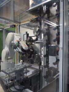 Der Entnahmeroboter platziert die gespritzten Gehäuseteile am Band der Abkühlstrecke, bevor diese an die Montagelinie übergeben werden. (Bildquelle: Simone Fischer/Redaktion Plastverarbeiter)