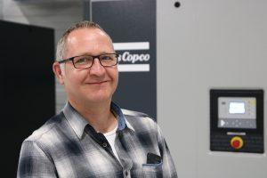 """""""Kunden, die eine schlecht ausgelastete Drucklufterzeugung mit Volllast-Leerlauf-Regelung gegen eine Station mit Kompressoren der neuen VSD+-Technologie von Atlas Copco tauschen, können ihre Energiekosten um bis zu 50 Prozent senken"""", sagt Sven Vogel, Geschäftsführer von Luft-Vogel Drucklufttechnik."""