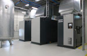 Die Druckluft wird von drei Schraubenkompressoren erzeugt, wovon einer (rechts im Bild) drehzahlgeregelt arbeitet.