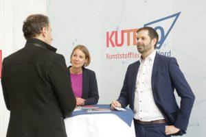 Kristina Wissing, Leiterin Tagung und Messen, und Jan Harms, Projektleiter Kuteno im Messegespräch. (Bildquelle: Hanser)