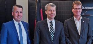 Großer Konsens über den Leichtbau und seine Wichtigkeit für die Zukunft Deutschlands bestand zwischen Dr.-Ing Harald Cremer, dem parlamentarischen Staatssekretär im Bundesverkehrsministerium, Steffen Bilger, und Dr. Elmar Witten (v.l.n.r.). (Bildquelle: Carbon Composites)