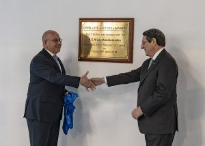 Christos Poullaides (links), Vorsitzender von PCC, und der zypriotische Präsident Nikos Anastasiadis (rechts) bei der Eröffnung der ersten Turn-Key Kunststoff-Recyclinganlage auf Zypern