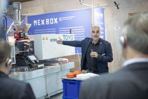 """Steffen Ritter, von der Hochschule Reutlingen, und sein Studententeam haben die Brotzeitdose MEX BOX realisiert und produzieren sie live auf der Messe: """"Diese konkrete Nachwuchsförderung ist eine optimale Vernetzung von Theorie und Praxis."""" (Bildquelle: Messe Stuttgart)"""