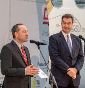 Bayerns Wirtschaftsminister Hubert Aiwanger (li.) und Bayerns Ministerpräsident Dr. Markus Söder (re.) bei der Pressekonferenz anlässlich der Vorstellung des Forschungsprogramms für die Wirtschaftsregion Augsburg. (Bildquelle: StMWi/A. Heddergott)