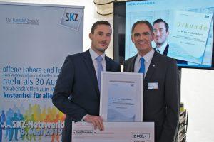Institutsdirektor Prof. Dr.-Ing. Martin Bastian gratuliert Dr. Matthias Wilhelm (links) zur exzellenten Promotion. (Bildquelle: SKZ)