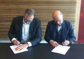 Jürgen von Hollen, Präsident Universal Robots (links) und Jean-Michel Renaudeau, Geschäftsführer der Sepro Group, beim Unterzeichnen des Cobot-Partnerschaftsvertrags am Hauptsitz von Universal Robots in Odense (Dänemark). (Bildquelle: Sepro)
