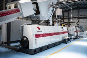 Die Recyclinganlage  von Starlinger Recycling Technology produziert etwa eine Tonne erstklassiges Regranulat pro Stunde.