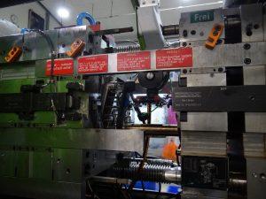 Mit einem Tandemwerkzeug werden die Halbschalen der Tragarme des Actros-Spiegelsystems gefertigt. (Bildquelle: Simone Fischer/Redaktion Plastverarbieter)