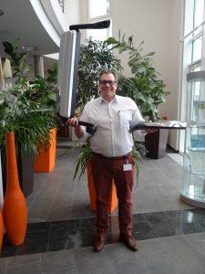 Das Spiegelsystem und das Spiegelersatzsystem. Michael Hornung, Key Account Manager Daimler bei Mekra Lang, zeigt die Systeme im direkten Größenvergleich. (Bildquell: Simone Fischer/Redaktion Plastverarbeiter)