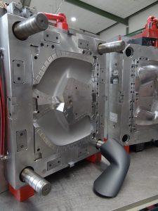 Blick in das Werkzeug der genarbten Abdeckung des Spiegelersatzsystems. (Bildquelle: Simone Fischer/Redaktion Plastverarbeiter)