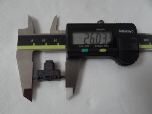 Der Zelltemperatursensor ist mit einer Gesamtlänge von rund 26 mm ein recht kleines, eher unscheinbares Bauteil, das in der Batteriezelle eine wichtige Aufgabe übernimmt. (Bildquelle: Simone Fischer/Redaktion Plastverarbeiter)