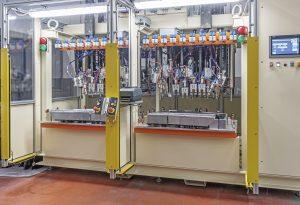 Die Kunststoffbearbeitungsmaschine besteht aus zwei Teilen, sodass die Panels für die linke und rechte Tür gleichzeitig geschweißt werden können. (Bildquelle: Cemas Elettra)