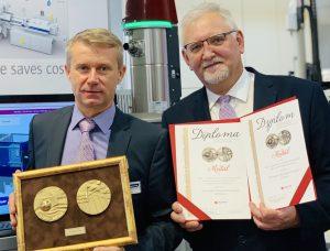 Udo Rath, Gebietsvertriebsleiter Wittmann Battenfeld, (links) Bogdan Zabrzewsky, Geschäftsführer Wittmann Battenffeld Polska freuen sich über die Auszeichnung des Condition Monitoring Systems. (Bildquelle: Wittmann Battenfeld)