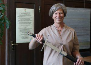 Besondere Ehre: Die gelernte Juristin Sandra Füllsack ist nun offiziell Kunststoffritterin. (Bildquelle: Motan)
