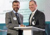Achim Sties, Senior Vice President, Performance Chemicals Europe, BASF SE (rechts) und Pavel Lyakhovich, Mitglied des Vorstands und Geschäftsführer von OOO Sibur, nach der Vertragsunterzeichnung, die das Engagement beider Unternehmen besiegelt. (Bildquelle: BASF)