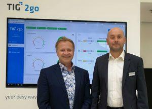CEO Wolfgang Frohner (links) und Verkaufsleiter Hannes Zach setzen auf modulare, ausbaubare Softwarelösungen für die Kunststoffindustrie. (Bildquelle: Ralf Mayer, Redaktion Plastverarbeiter)