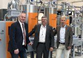 Thomas Luger, Knut Hilgert (Motan Holding) und Horst Bar vor der Motan Anlage im Linz Institute of Technology. (Bildquelle: Motan)