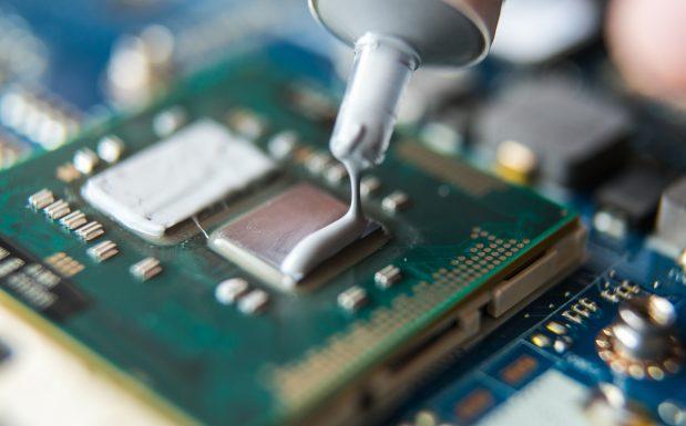 Die sogenannte Thermal Interface Materials (TIM) werden mit Füllstoffen wärmeleitfähig gemacht. (Bildquelle: Quarzwerke)