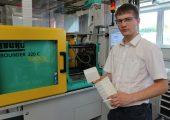 Lukas Hoffmann, Auszubildener im dritten Jahr bei B. Braun, Radeberg, während der praktischen Ausbildung im Polysax-Technikum in Bautzen. (Bildquelle: Polysax)
