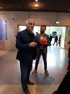 Prof. Dr.-Ing. Steffen Ritter erläutert das Projekt Mex Box. Florian Niethammer, Projektleiter Moulding Expo, ist sichtlich zufrieden mit der Umsetzung des Messe Give-aways. (Bildquelle: Simone Fischer/Redaktion Plastverarbeiter)