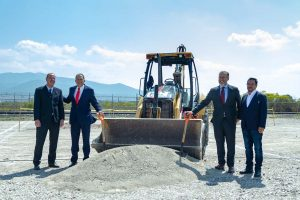 Baubeginn in Querétaro (v.l.n.r.): Albin Eder, Produktionsleiter Senoplast Mexiko, Constancio Leal, CEO Senoplast Mexico, mit Regierungsvertreter Marco Antonio del Prete Tercero sowie Roberto Gamos, Navex. (Bildquelle: Senoplast)