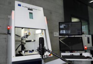 Bei dieser Laseranlage kann der Bediener alle relevanten Steuerungsbefehle direkt in ein Mikrofon sprechen. (Bildquelle: Trumpf)
