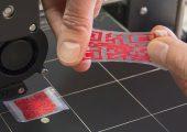 3D-gedruckte Formgedächtnispolymere ermöglichen die Herstellung von QR-Codes, beispielsweise um plagiatsgefährdete Waren zu kennzeichnen. (Bildquelle: Fraunhofer IAP)