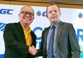 Alpla und PTT Global Chemical (GC) arbeiten gemeinsam an einer Machbarkeitsstudie für den Bau eines Recyclingwerks in Thailand. Das gaben Alpla Regional Manager Bernd Wachter und Supattanapong Punmeechaow, Präsident und CEO von GC, in Bangkok bekannt. (Bildquelle: Alpla)