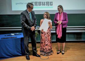 Maria Gabriele Bauer (Mitte) bekam für ihre Masterarbeit den Arburg-Preis 2019 von der Preiskoordinatorin Prof. Birgit Vogel-Heuser und Arburg-Ausbildungsleiter Michael Vieth überreicht.