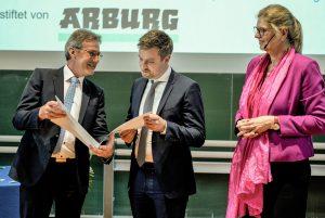 Dr. Hannes Löwe (Mitte) gewann mit seiner Dissertation den Arburg-Preis 2019, den Dr. E. h. Herbert Kraibühler zusammen mit der Preiskoordinatorin Prof. Birgit Vogel-Heuser überreichte. (Bildquelle: alle TUM)