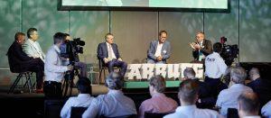 Höhepunkt des Packaging Summits 2019 war die Podiumsdiskussion (v.r.): Gerhard Böhm (Arburg), Thorsten Kühmann (VDMA), Manfred Hackl (Erema), Prof. Dr. Hans-Josef Endres (IfBB, Hochschule Hannover), Philip Knapen (Borealis) und Moderator Guido Marschall (Plas.TV) diskutierten über Herausforderungen und Chancen für die Verpackungsbranche in Bezug auf Circular Economy. (Bildquelle: Arburg)
