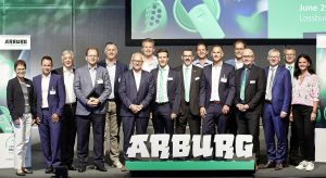 Internationaler Branchentreff in Loßburg: Auf dem Arburg Packaging Summit 2019 referierten über ein Dutzend namhafte Experten aus Industrie, Forschung und von Verbänden. Am Event nahmen auch die geschäftsführenden Arburg-Gesellschafterinnen Juliane Hehl (rechts) und Renate Keinath (links) teil. (Bildquelle: Arburg)