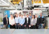 Das Covestro-Team für thermoplastische Verbundwerkstoffe unter der Leitung von Lisa Ketelsen (3. v.r.) freut sich über eine neue Forschungs-Bandlinie und Hybrid-Spritzgießmaschinen, um das Portfolio an die steigende Marktnachfrage anzupassen (Bildquelle: Covestro)