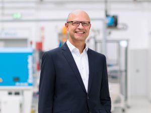 Mit der neuen Markenpositionierung stellt Dr. Frank Stieler (CEO von Krauss Maffei) die Weichen für die weitere Vernetzung von Spritzgießen, Extrusion, Reaktionstechnik und Digital Service Solutions. (Bildquelle: Krauss Maffei)