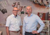 Walter Lichtenberger (links) übergibt die Aufgaben als Bereichsleiter Temperiertechnik an Zdravko Gavran. (Bildquelle: Wittmann)