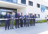 An der Eröffnungsfeier nahm neben der Geschäftsführung von Röchling Automotive auch der Vizepräsident des slowakischen Verbandes der Automobilindustrie teil. (Bildquelle: Röchling)
